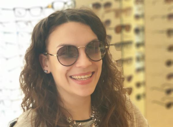 """""""Von den Kontaktlinsen bis hin zur Sonnenbrille habe ich bei OPTIK MEURER genau das gefunden, was ich gesucht habe. Ich bin absolut begeistert!""""Daniela Menrath"""